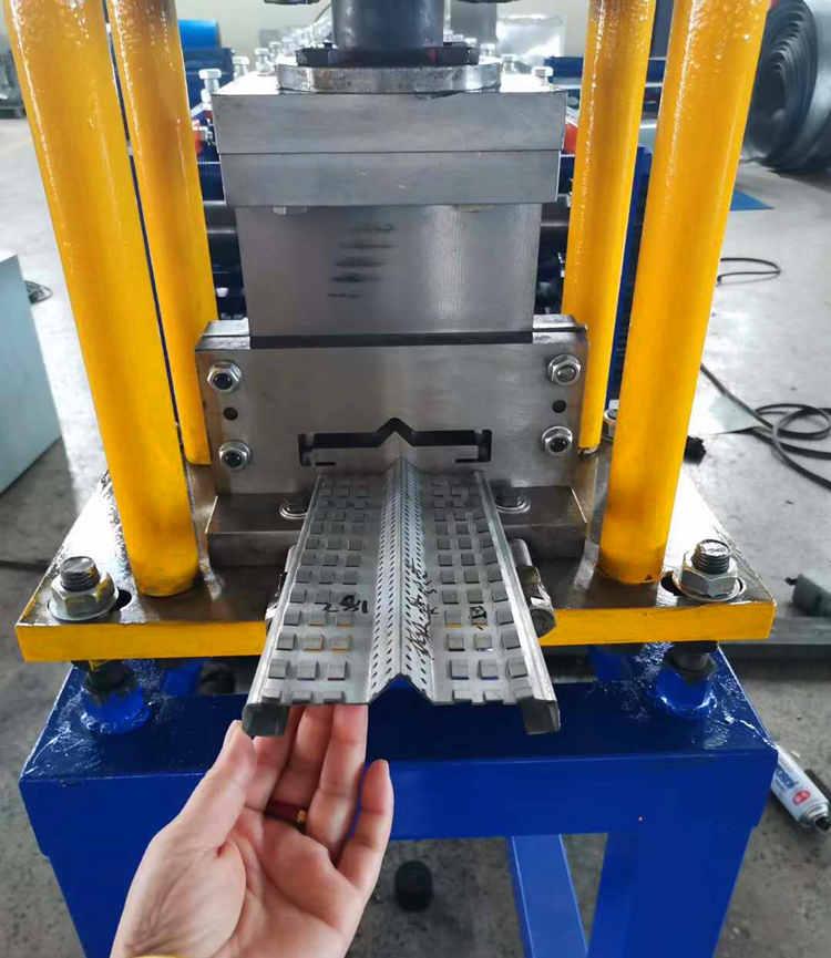 鱼鳞网片设备 建筑用品生产设备70-215压瓦机发往安平